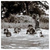 Los niños de la comunidad se refrescan para combatir los 40 grados de calor que golpean al chaco paraguayo.