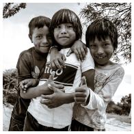 Esta imagen no necesita descripción. Viven en casa de adobe, escasea el agua, la comida y la leña. Ellos son felices.