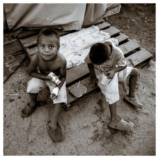 Entrada a una de las carpas del campo de desplazados armado luego del terremoto de abril de 2016. Exactamente un año después, familias enteres siguen viviendo en carpas de 3 x 2 metros.